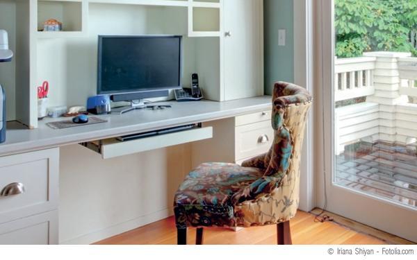 Häusliches_Arbeitszimmer_bei_einem_Pool-_bzw._Telearbeitsplatz